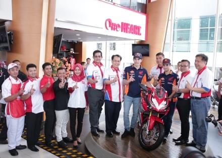 Marc dan Dani berfoto bersama Manajemen Astra Motor serta front line people terbaik Astra Motor Center Jakarta