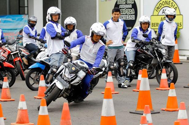 Instruktur Safety Riding Astra Motor Yogyakarta Triyanto mendemonstrasikan cara melakukan cornering dalam materi praktekslalom course.