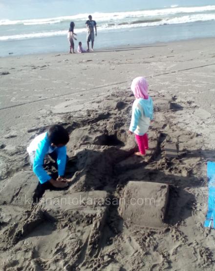 Berkreasi membuat mobil f1 dari pasir pantai