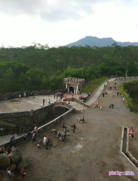 Pemandangan lain dari The Lost World Castle Sleman