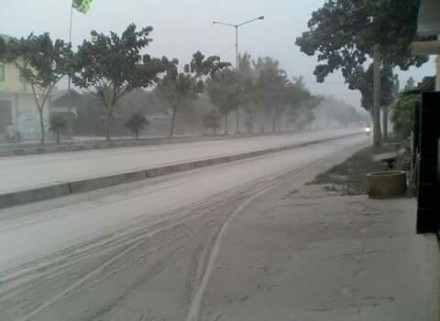 Seperti iniah gambaran suasana jalanan di Jogja saat hujan abu dari letusan gunung Kelud Blitar- Jawa Timur ( @berandajogja -wongjogja.com)