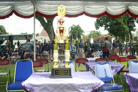 Salah satu dari 6 trofi sebagai hadiah pemenang lomba jemparingan