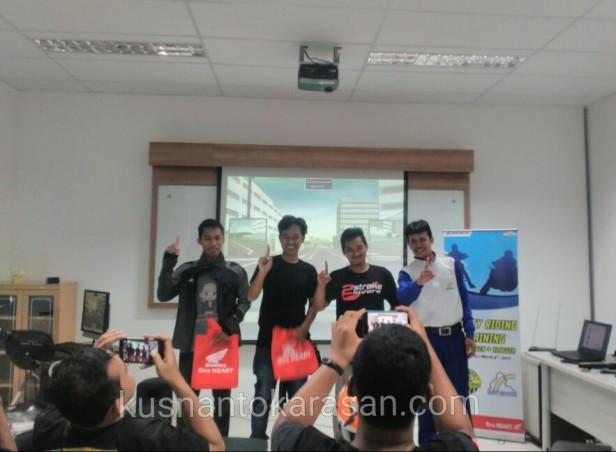 3 teman blogger/vlogger mendapat hadiah saat sukses melakukan simulasi
