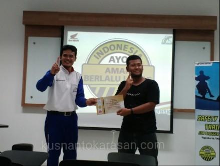Om Irfan seremonial menerima Sertifikat Safety Riding Training