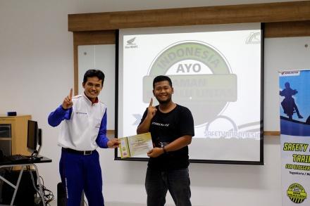 Instruktur Safety Riding Astra Motor Yogyakarta, Umum Santoso secara simbolis menyerahkan piagam pelatihan safety riding kepada salah satu perwakilan Blogger Muhammad Luthfie Irfana /pertamax7.com(kanan).