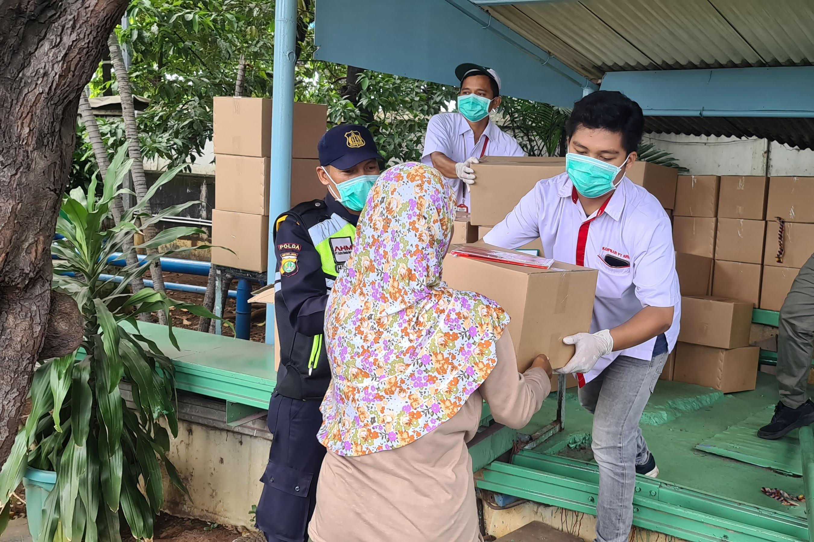 PT Astra Honda Motor (AHM) memberikan 330 paket kesehatan untuk warga di sekitar Plant AHM di Sunter (1/4).